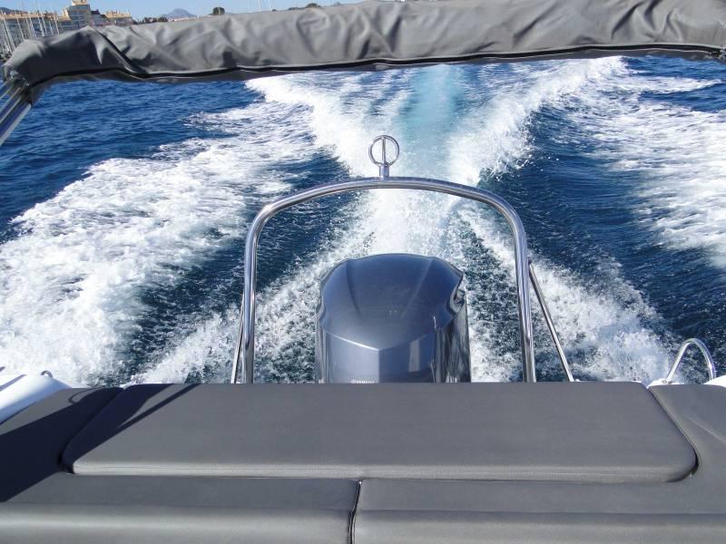 location de bateau moteur avec permis pr s de toulon dans. Black Bedroom Furniture Sets. Home Design Ideas